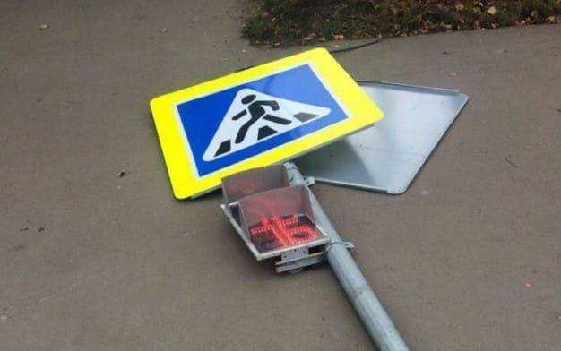 Что будет за сбитый дорожный знак: штраф и последствия